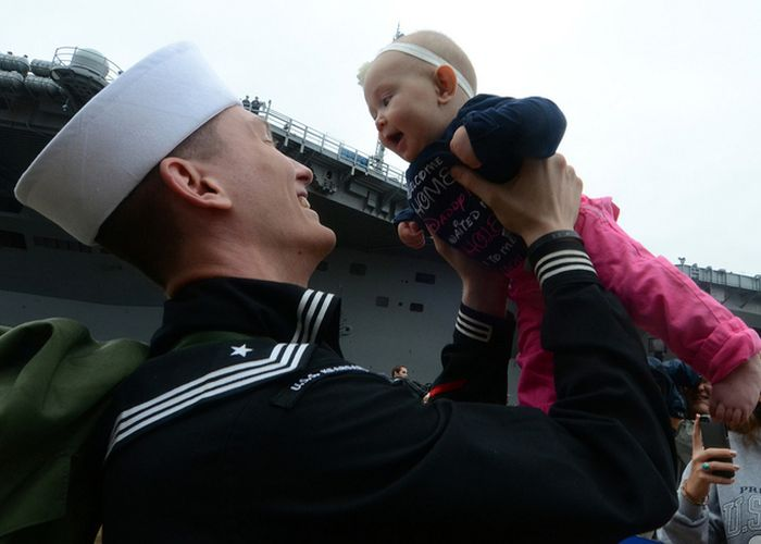 40 Heartwarming Photos Of Soldiers Meeting Their New Baby For The First Time
