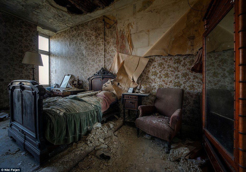 21 Photos Of Nature Reclaiming Abandoned Places