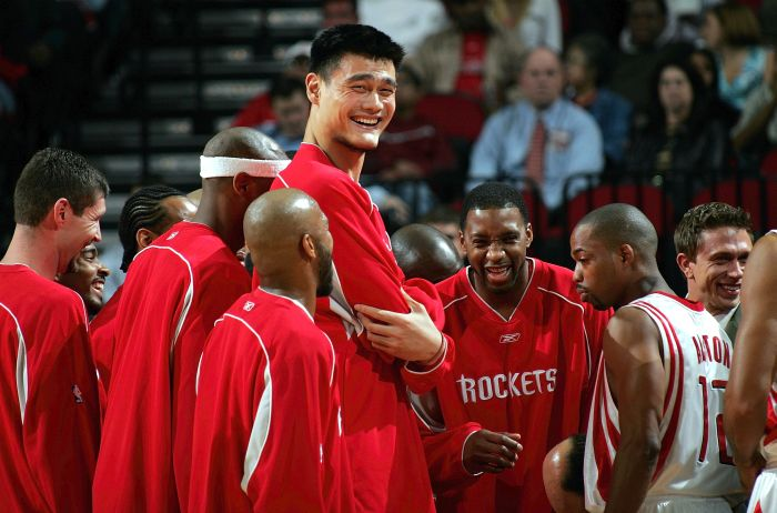 41 Pictures Of Yao Ming Next To Regular Humans Shows Just How Tall He Is