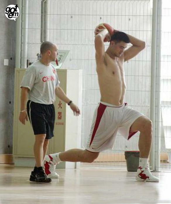 46 Pictures Of Yao Ming Next To Regular Humans Shows Just How Tall He Is