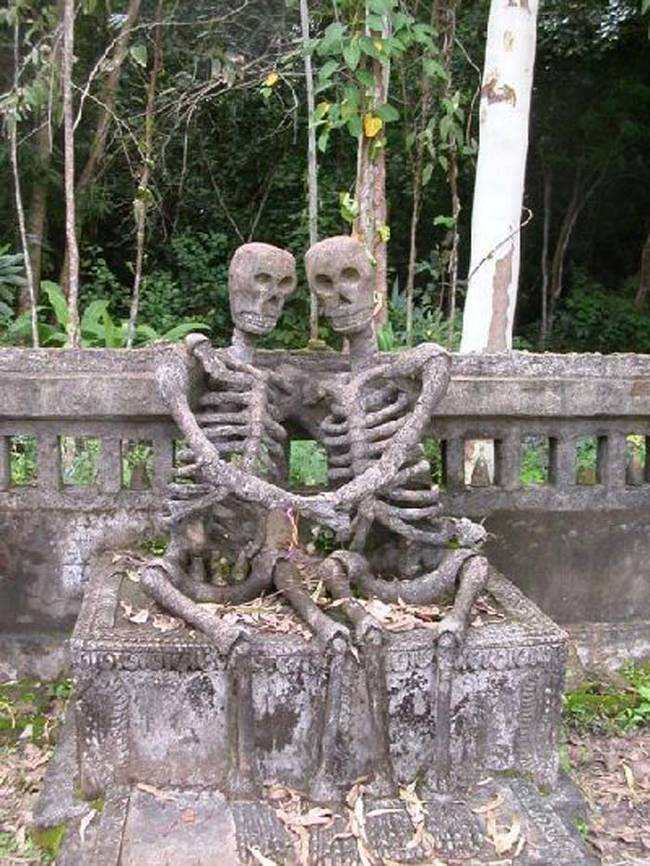 23 Of The Most Sweet, Bizarre And Creepiest Graves From Around The World