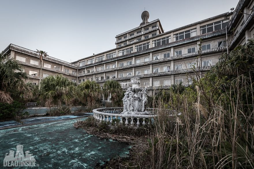 33 Incredible Photos Of The Hachijo Royal Hotel Which Is The Biggest Abandoned Building In Japan
