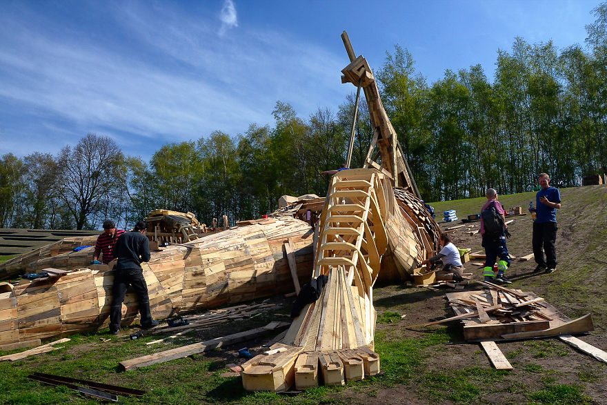 Man Hides Giants In The Forest That He Makes From Wood